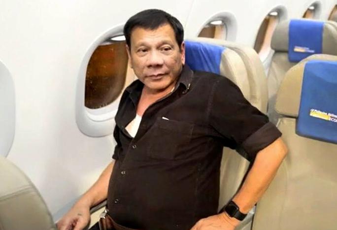 Ông Duterte trên chuyến bay phổ thông trở về nhà ở TP Davao hôm 7-7. Ảnh: Philstar