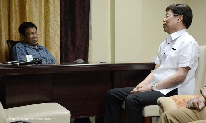 Tổng thống Philippines Rodrigo Duterte (trái) gặp gỡ ông Peter Lim. Ảnh: CNN Philippines