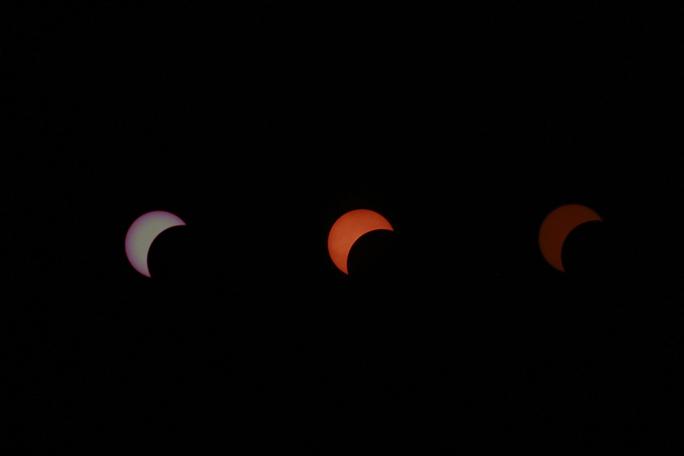 Hình ảnh nhật thực rất kỳ thú, mặt trời chuyển màu tùy theo giai đoạn nhật thực và tấm kiếng lọc được sử dụng.