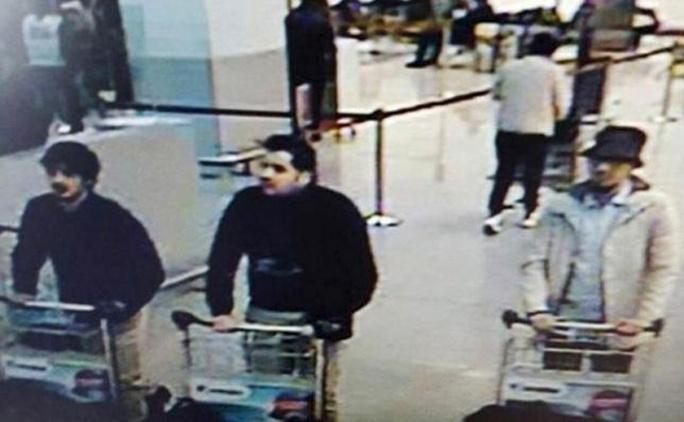 Kẻ đội nón khả nghi đi cùng 2 kẻ đánh bom tự sát được camera an ninh ghi lại. Ảnh: Reuters