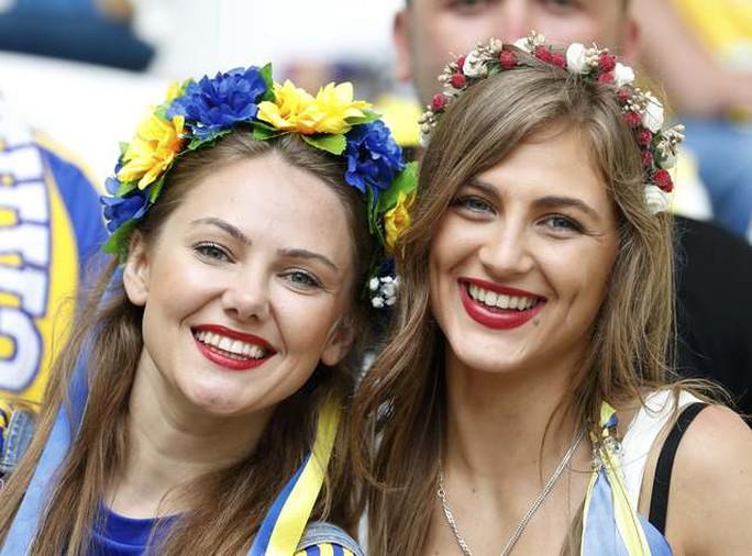 Hai cô gái đại diện cho nhan sắc CĐV Ukraine