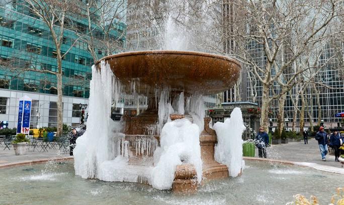 Đài phun nước tưởng niệm Josephine Shaw Lowell ở Manhattan bắt đầu đóng băng vì lạnh. Ảnh: nycgovparks.org