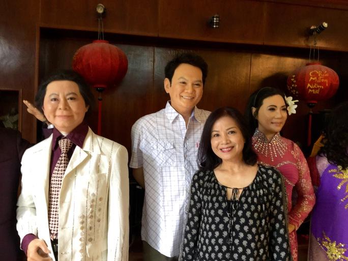 NSƯT Minh Trang từ Singapore về ăn tết và đến xưởng đúc tượng sáp trong ngày 26 tết