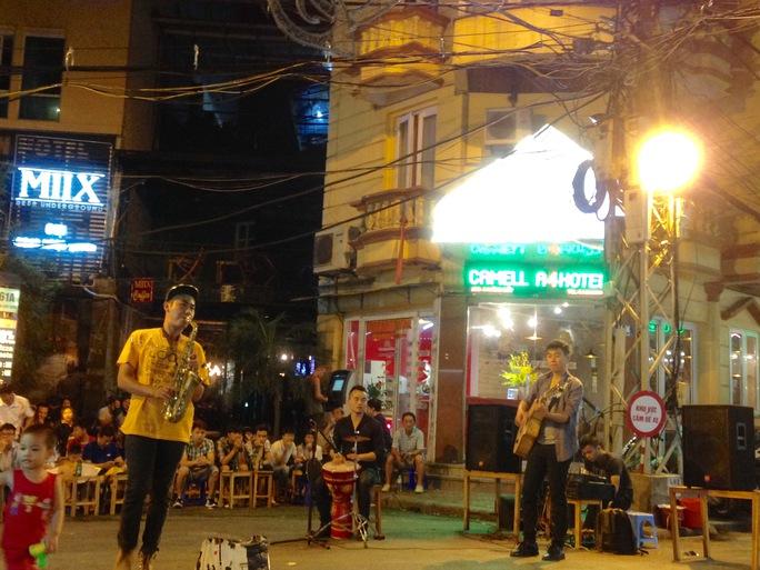Một điểm biểu diễn nghệ thuật đường phố tại khu phố cổ Hà Nội - Ảnh: Thuỳ Dương