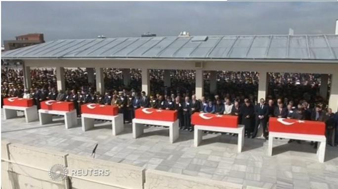 Các quan chức Thổ Nhĩ Kỳ tưởng niệm 8 chiến sĩ đã thiệt mạng trong vụ đánh bom tự sát ở Ankara hôm 17-2.