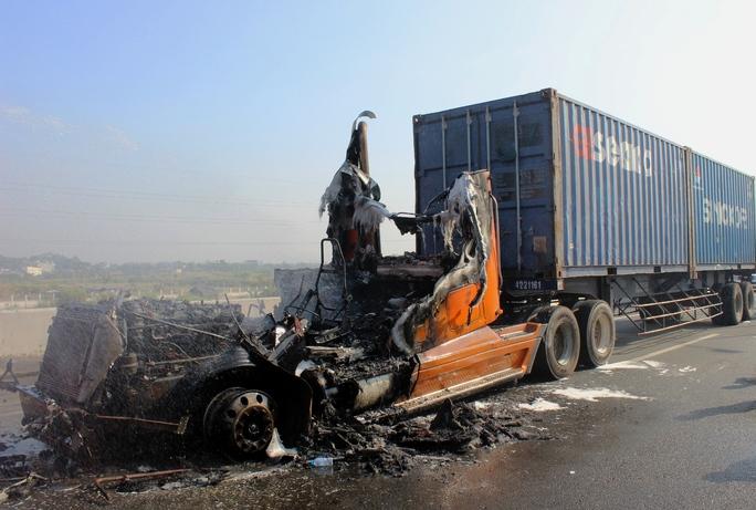 Vụ cháy được dập tắt nhưng đầu xe container bị thiêu rụi hoàn toàn