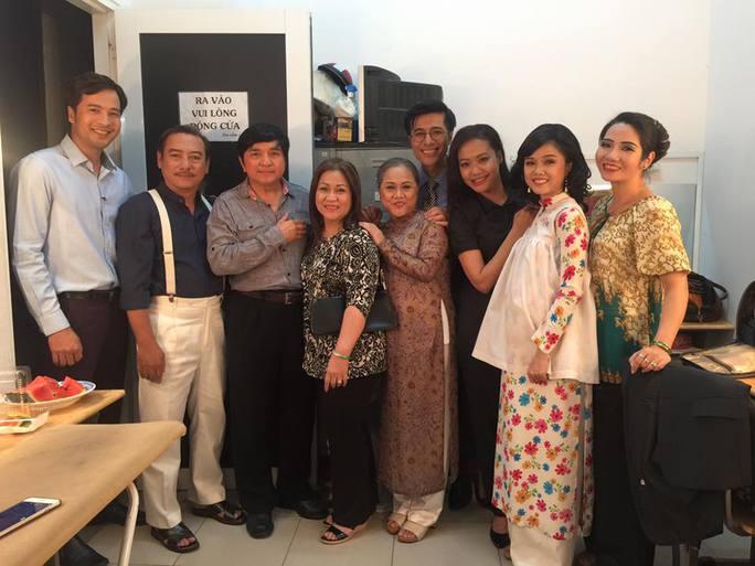 Vợ chồng NS Chí Tâm vào hậu trường sân khấu kịch Hoàng Thái Thanh thăm các nghệ sĩ