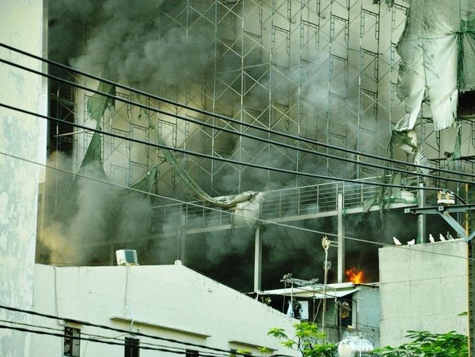 Khói đen kèm lửa bốc lên ngùn ngụt từ tòa nhà