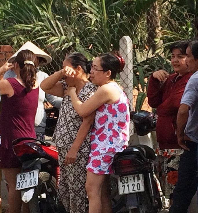 Người thân của nạn nhân khóc ngất khi hay tin vụ tai nạn