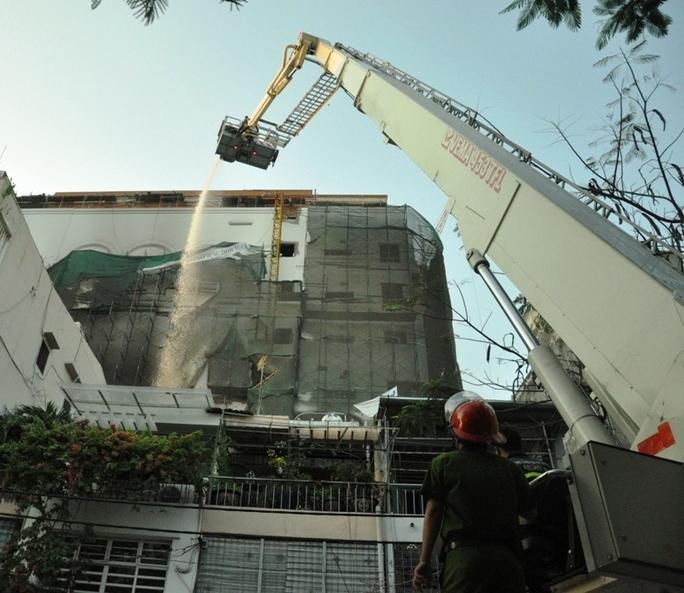 Lực lượng PCCC dùng xe thang để xịt nước vào bên trong