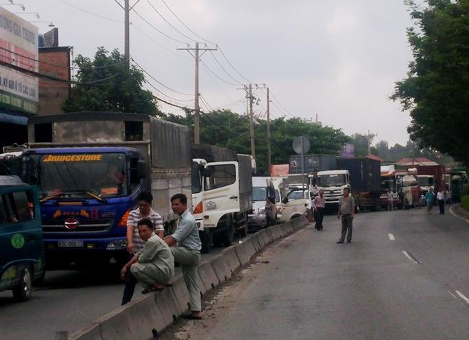 Cảnh ùn tắc trên Quốc lộ 1 sau vụ tai nạn