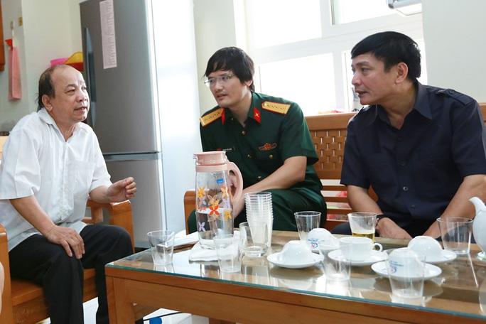 Chủ tịch Bùi Văn Cường (ngoài cùng bên phải) thăm hỏi thân nhân gia đình liệt sĩ Nguyễn Ngọc Chu.