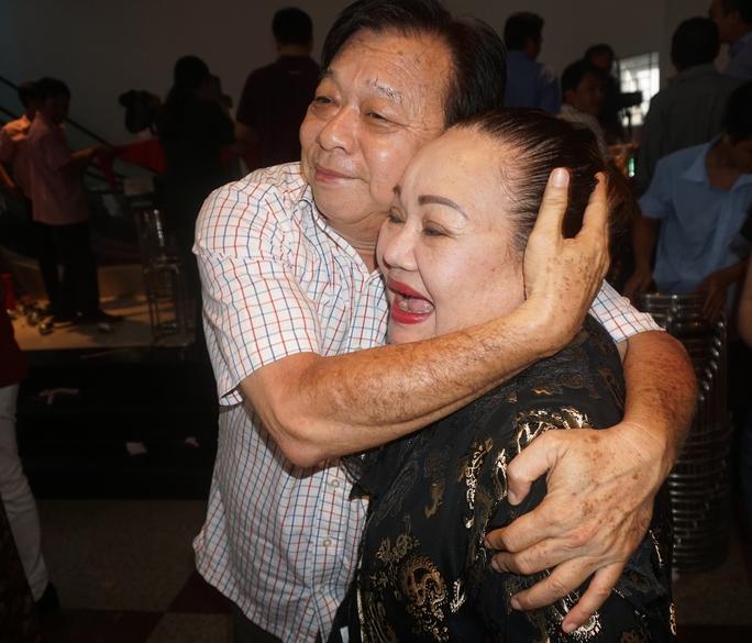 NSND Trần Ngọc Giàu (Chủ tịch Hội Sân khấu TPHCM) vui mừng ôm NSND Ngọc Giàu vào lòng trong ngày Giỗ tổ sân khấu tại Nhà hát cải lương Trần Hữu Trang