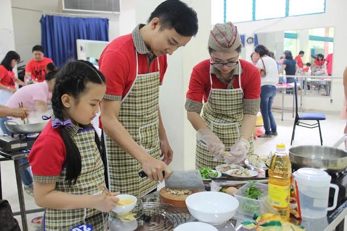 """Các gia đình tham gia chương trình nấu ăn """"Bếp yêu thương"""" do LĐLĐ quận 1, TP HCM tổ chức"""