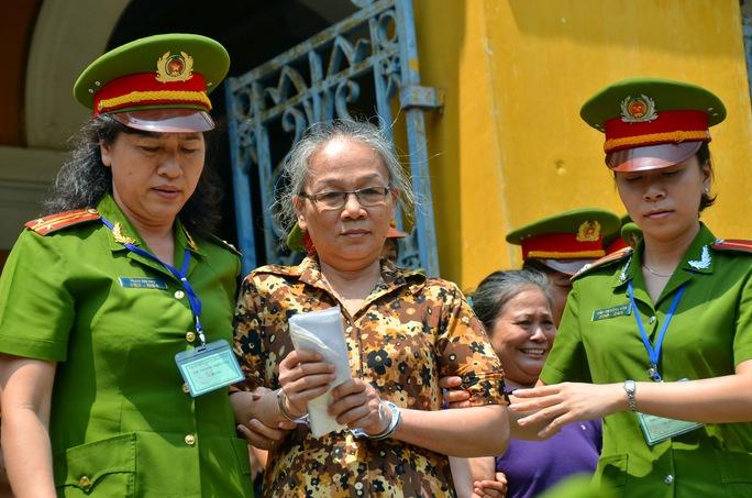 Dẫn giải bị cáo về trại giam sau phiên xét xử