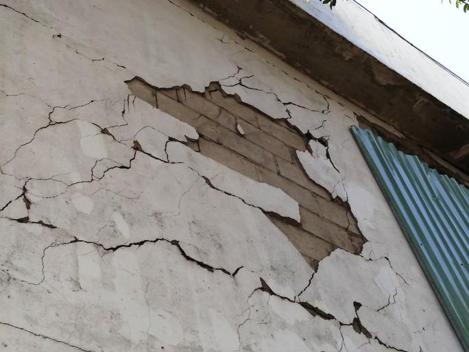 Tường gạch bị bong tróc
