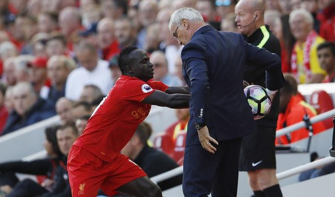 Sadio Mane cũng không giữ được bình tĩnh khi lao vào cướp quả bóng trên tay người đáng tuổi cha chú