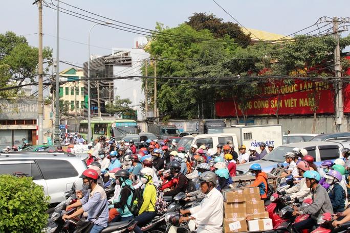 Các fan đứng xuống đường khiến giao thông tại vòng xoay Dân Chủ bị ùn ứ nghiêm trọng
