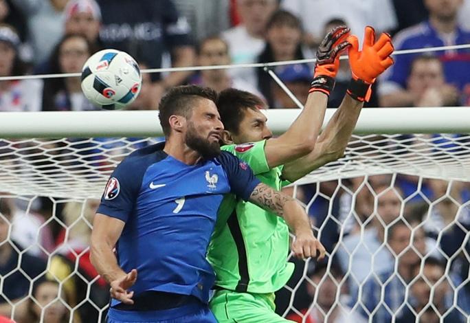 Bàn thắng ở đầu hiệp 2 của Giroud tưởng như đã giúp Pháp chơi thăng hoa
