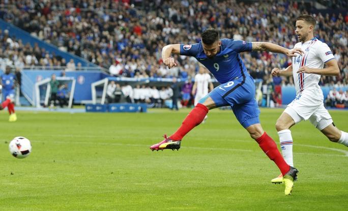 Oliver Giroud mở tỉ số cho Pháp ngay từ phút 13