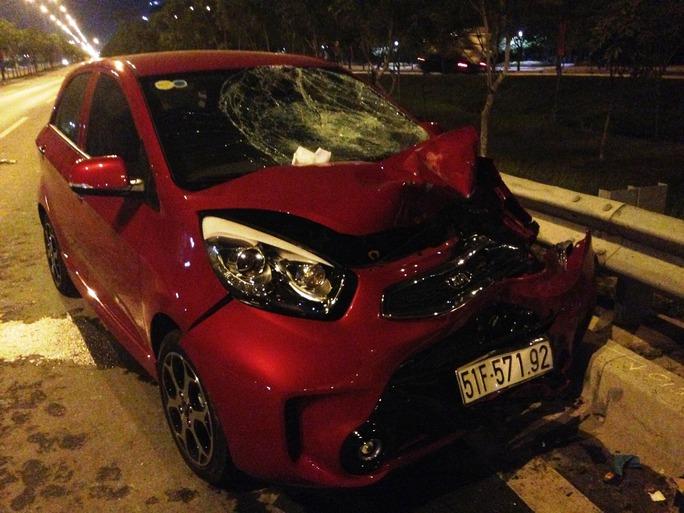 Còn xe ô tô 4 chỗ cũng bị hư hỏng nặng phần đầu