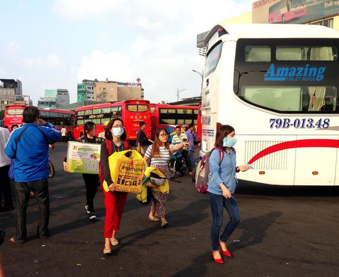 Hành khách xách lỉnh kỉnh đồ đạc, hối hả lên xe về quê, đi chơi lễ tại Bến xe Miền Đông, sáng 16-4