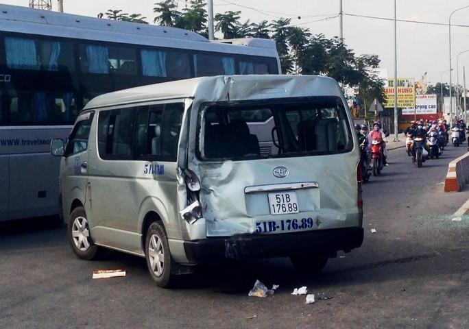 Ô tô 16 chỗ bị biến dạng phần đuôi sau va chạm