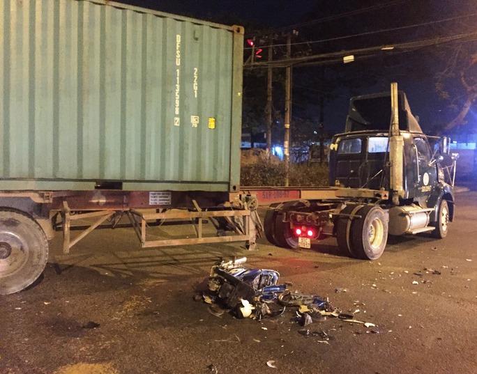 Chiếc xe máy vỡ vụn sau vụ tai nạn kinh hoàng