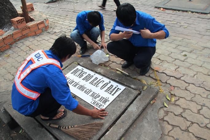 Trong sáng 23-1, việc sơn nắp hầm ga được thực hiện trên địa bàn quận 1 và 3, TP HCM