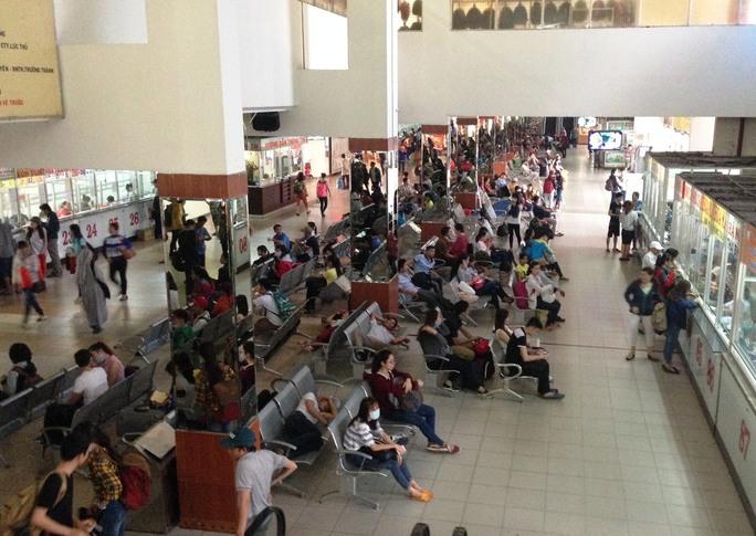 Từ sáng sớm 16-4, lượng hành khách đến Bến xe Miền Đông (quận Bình Thạnh) mua vé đi chơi lễ tăng đột biến. Đa số khách mua vé đi các tuyến đường ngắn từ TP HCM đến một số tỉnh Tây Nguyên và các khu du lịch như Vũng Tàu, Phan Thiết, Nha Trang…