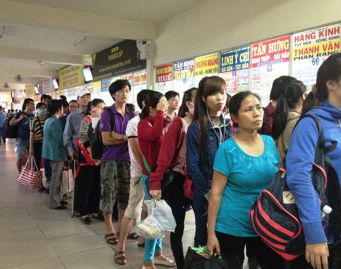 Tại quầy bán vé của hãng xe Thành Công, từ sáng sớm hành khách đã phải xếp hàng dài để chờ mua vé về Bình Phước khiến nhà xe này phải tăng cường thêm xe