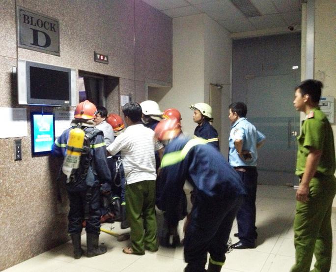 Lực lượng chức năng cạy cửa để cứu các nạn nhân ra ngoài