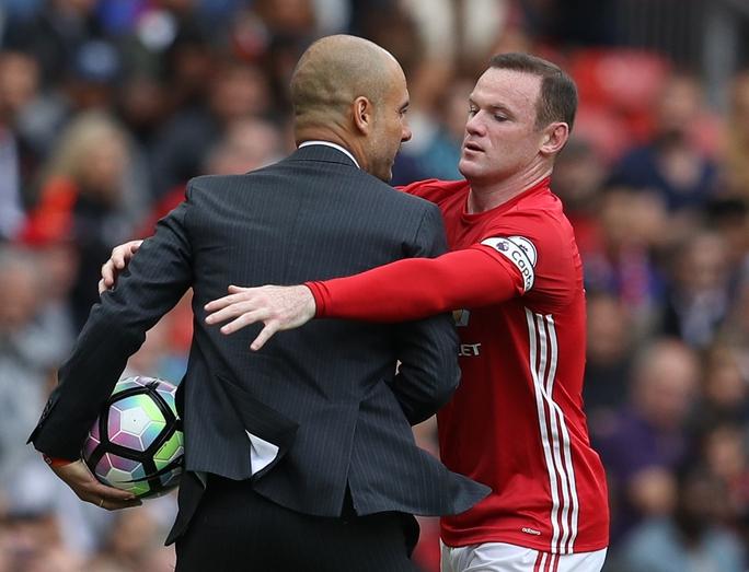 Wayne Rooney tỏ rõ sự khó chịu khi phải giằng quả bóng từ tay HLV Guardiola