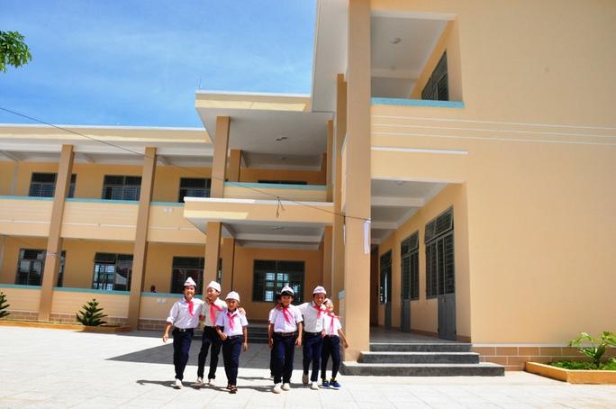 Học sinh Trường Tiểu học số 1 Bình Châu vui mừng trong trường học mới
