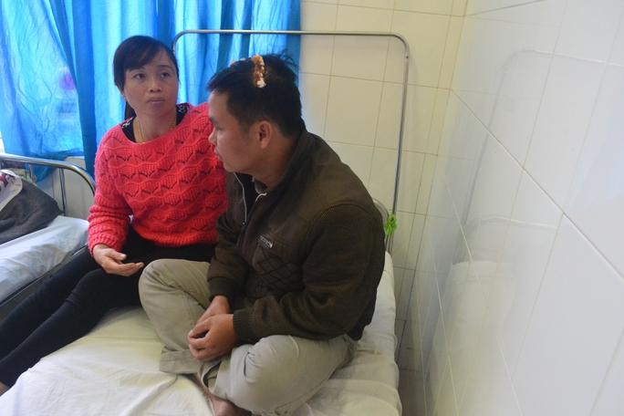 Anh Trần Vũ Hiệp, được vợ chăm sóc tại Bệnh viện đa khoa Lâm Đồng