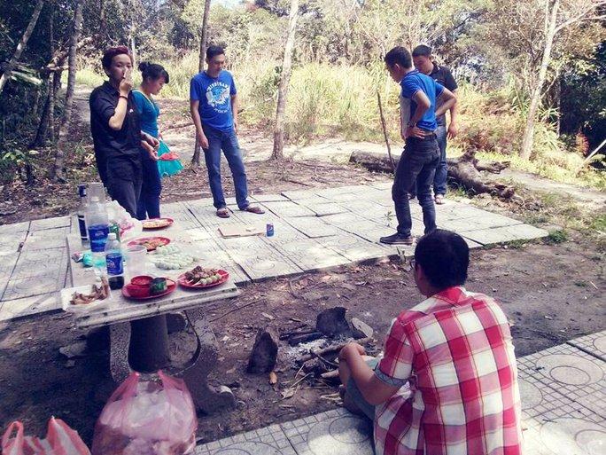 Tại bãi cắm trại giữa rừng của Khu du lịch Hòn Bà- Yersin, du khách vô tư nhóm lửa nướng thức ăn