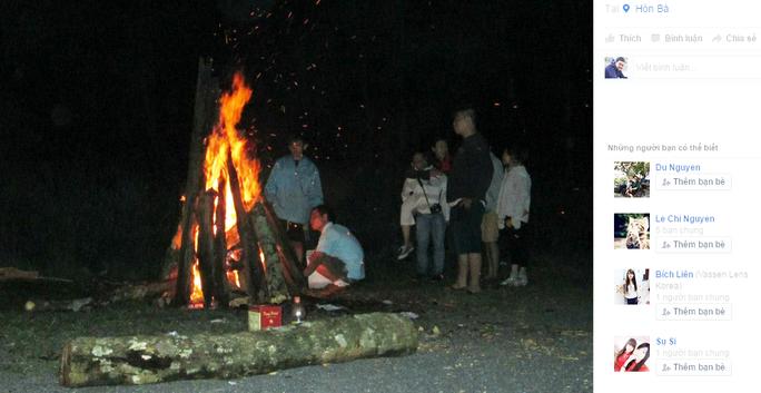 Trong các bức ảnh trên trang mạng xã hội được định vị ở Hòn Bà, có cả những cây gỗ to được mang ra đốt lửa trại