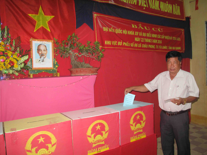 Cán bộ địa phương bỏ phiếu