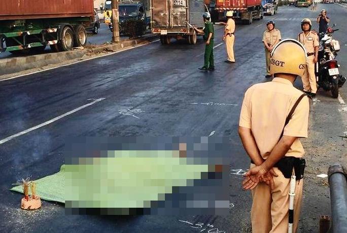 Thi thể người đàn ông nằm ở làn đường ô tô trên Quốc lộ 1