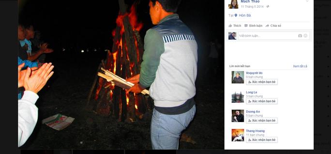 Các bức ảnh trên trang mạng xã hội cho thấy du khách vô tư đốt lửa trên đỉnh Hòn Bà