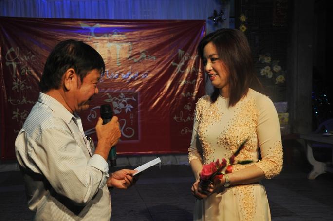 Ca sĩ Như Hảo và soạn giả Đức Hiền trong đêm văn nghệ tại Khu dưỡng lão nghệ sĩ TP HCM