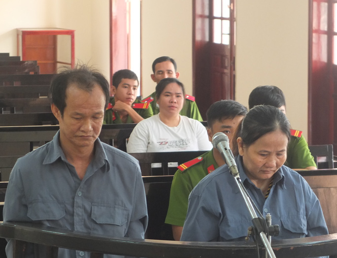 Bị cáo Phương (trái) và bị cáo Lệ trước tòa