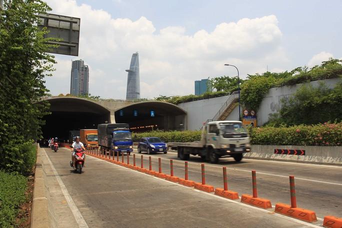 Đại lộ Mai Chí Thọ là tuyến đường xương sống chia đôi khu đô thị. Cùng với đường hầm vượt sông Sài Gòn, cầu Thủ Thiêm 1 và 4 tuyến đường chính, các cầu Thủ Thiêm 2, 3, 4 khi được xây dựng sẽ hình thành hệ thống giao thông hoàn chỉnh cho khu đô thị mới này