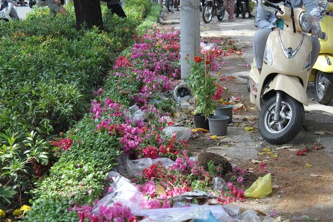 Hàng trăm giỏ hoa bị tiểu thương vứt lại do đã hết giờ buôn bán Ảnh: NGUYỄN ĐÌNH