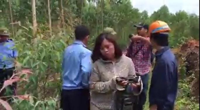 Hình ảnh PV báo Lao động bị cản trở tác ngiệp - Ảnh cắt từ clip của Báo Lao động