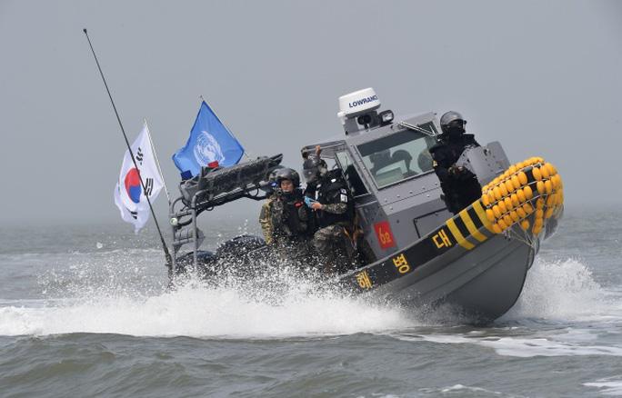 Tàu Hàn Quốc tham gia chiến dịch hôm 10-6. Ảnh: The Korea Herald