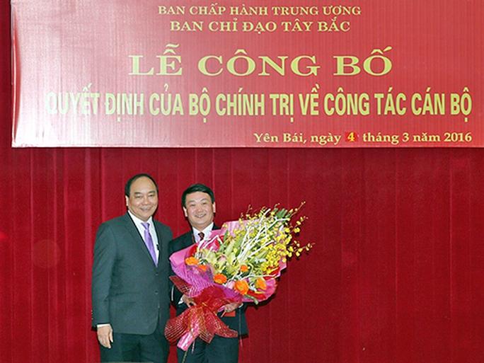 Ủy viên Bộ Chính trị, Phó Thủ tướng Nguyễn Xuân Phúc chúc mừng ông Hầu A Lềnh