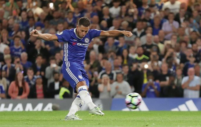 Hazard được HLV Conte tin tưởng giao trọng trách dẫn dắt hàng công Chelsea và anh đã không phụ lòng mong mỏi với bàn mở tỉ số từ chấm 11 mét