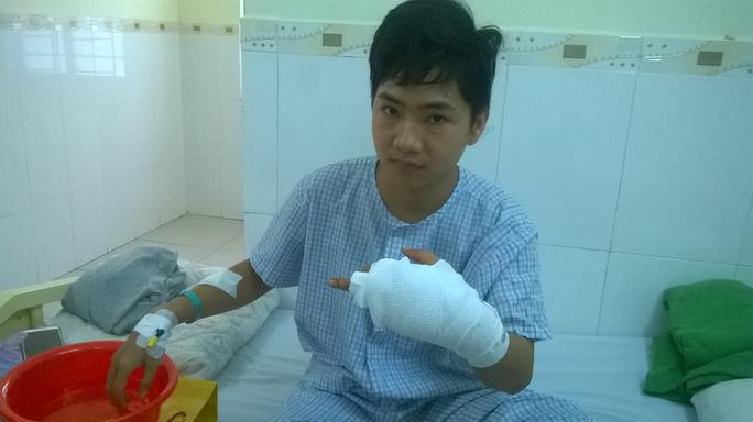 Anh Sang với vết thương nặng ở tay.