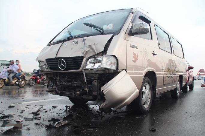 Đầu xe khách cũng bị vỡ nát sau cú tông